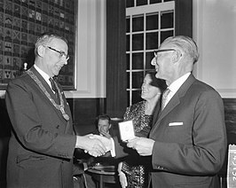 Jan Mens onvangt een medaille van Gijs van Hall (17 september 1962)