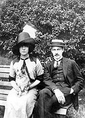 Barrymore en Katherine Corri Harris zittend op een bankje in het park, zowel het dragen van montere hoeden en te kijken naar de camera
