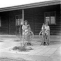 Jonge vrouwen leren spinnen in de weverij van het kinderdorp Ben Shemen, Bestanddeelnr 255-0506.jpg