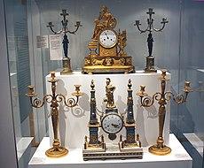 Karlsruhe, Badisches Landesmuseum, Uhren und Leuchter.JPG