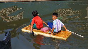Tausūg people - Tausūg refugee children on the water.