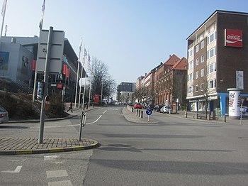 Kleiner Kuhberg, Ecke Waisenhofstraße (re.). Links die Zufahrt zur Tiefgarage der Sparkassen-Arena