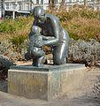 Kniende Mutter mit Kind Karlsplatz DSC 7797w.jpg