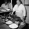 Koks aan het werk in de keuken van restaurant Wivex, Bestanddeelnr 252-9148.jpg