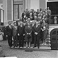 Koningin Juliana te midden van de delegatie rechts naast haar de heer A. Geyer,, Bestanddeelnr 917-9597.jpg