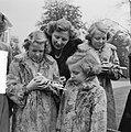 Koninklijk gezin op Soestdijk met duiven buiten, Bestanddeelnr 904-2787.jpg