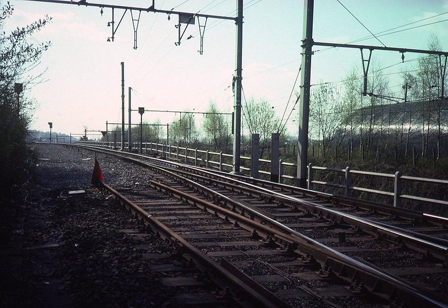 De aftakking in  La Louvière van de spoorlijn 112, die tijdelijk voor de elektrificatiewerkzaamheden enkelsporig is gemaakt. De andere spoorlijn is die naar Bergen (118)