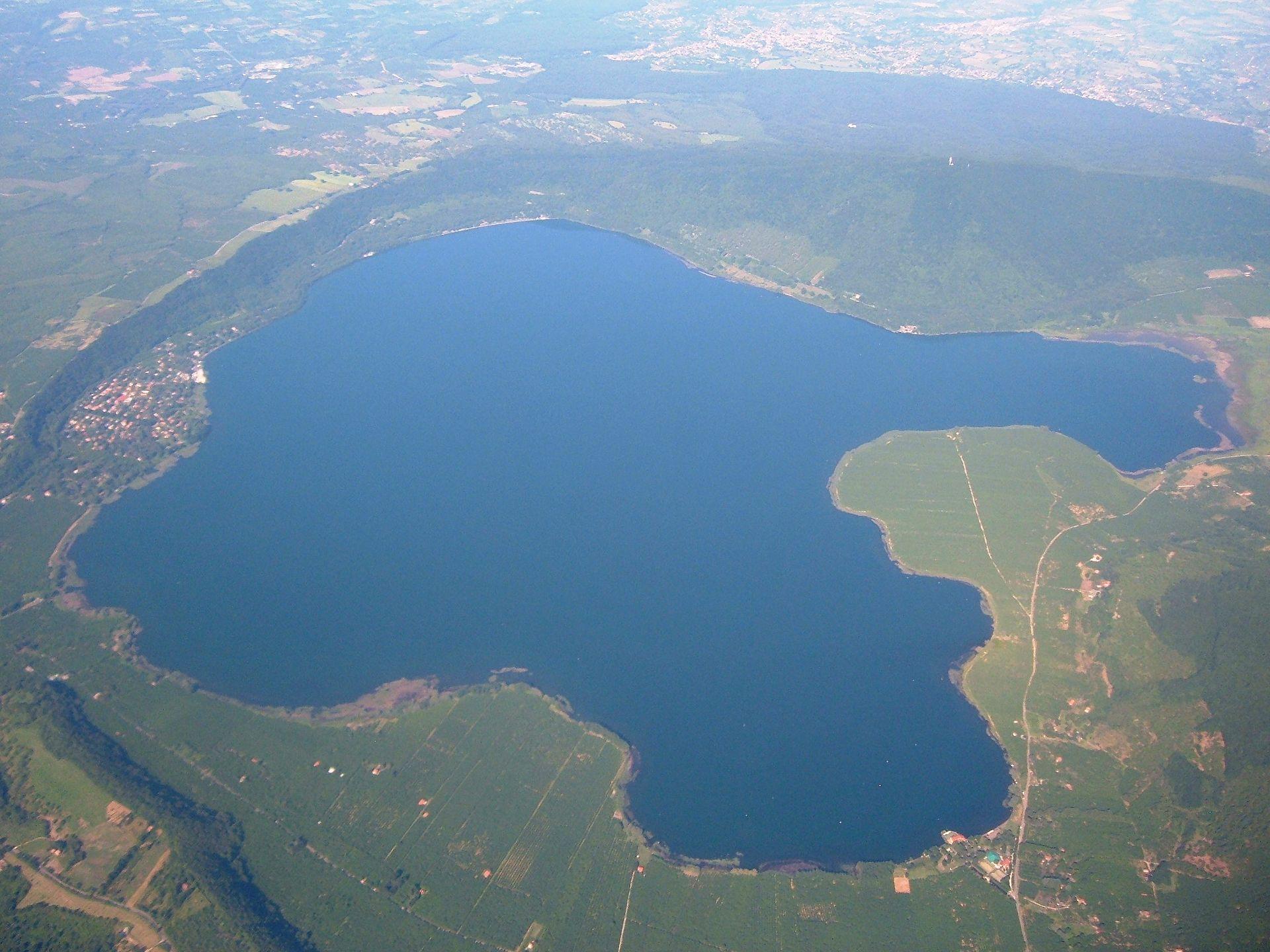 Lago di Vico - Vista aerea 1.JPG