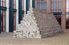 https://upload.wikimedia.org/wikipedia/commons/thumb/f/f6/LeWitt-1994_LongPyramid2.jpg/220px-LeWitt-1994_LongPyramid2.jpg