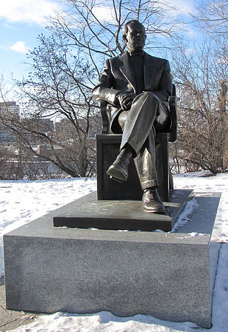 Statue of Lester Pearson By D. Gordon E. Robertson (Own work) [CC-BY-SA-3.0 (https://creativecommons.org/licenses/by-sa/3.0) or GFDL (https://www.gnu.org/copyleft/fdl.html)], via Wikimedia Commons