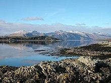 L'isola Lismore e in fondo le colline di Kingairloch