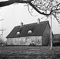 Mannen zitten op een stoep voor een deur van een boerderij in Rønnede op Seeland, Bestanddeelnr 252-8864.jpg