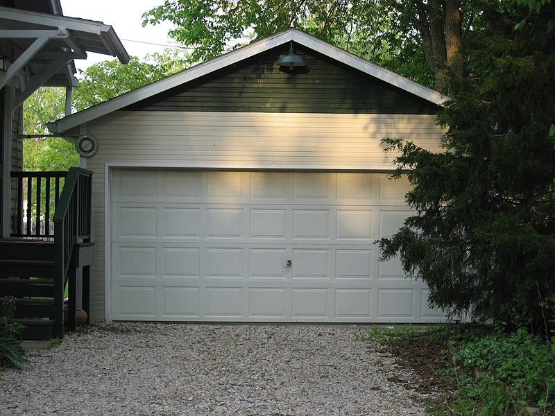 File:Maple Street South 111 garage, Bloomington West Side HD.jpg
