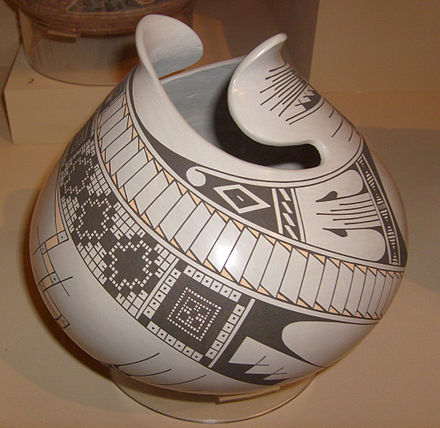 Mata Ortiz pottery jar by Jorge Quintana, 2002. Displayed at Museum of Man, San Diego, California. Mataortizpottery.jpg