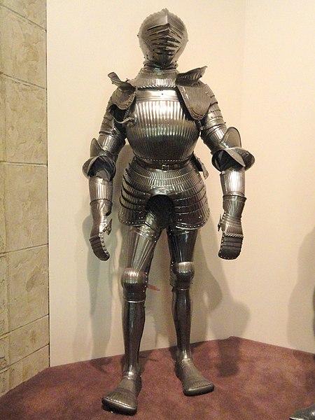 File:Maximilian field armor, Southern Germany, circa 1525-1530 - Higgins Armory Museum - DSC05485.JPG