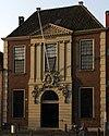 foto van Hof Meermansburg met 30 woningen. Zeer royaal opgezet hof, imposante ingangspartij waarboven de regentenkamer. Zandstenen ingangspoor`t. Fraaie pomp. Regentenkamer, huizen eind 18e eeuw verbouwd