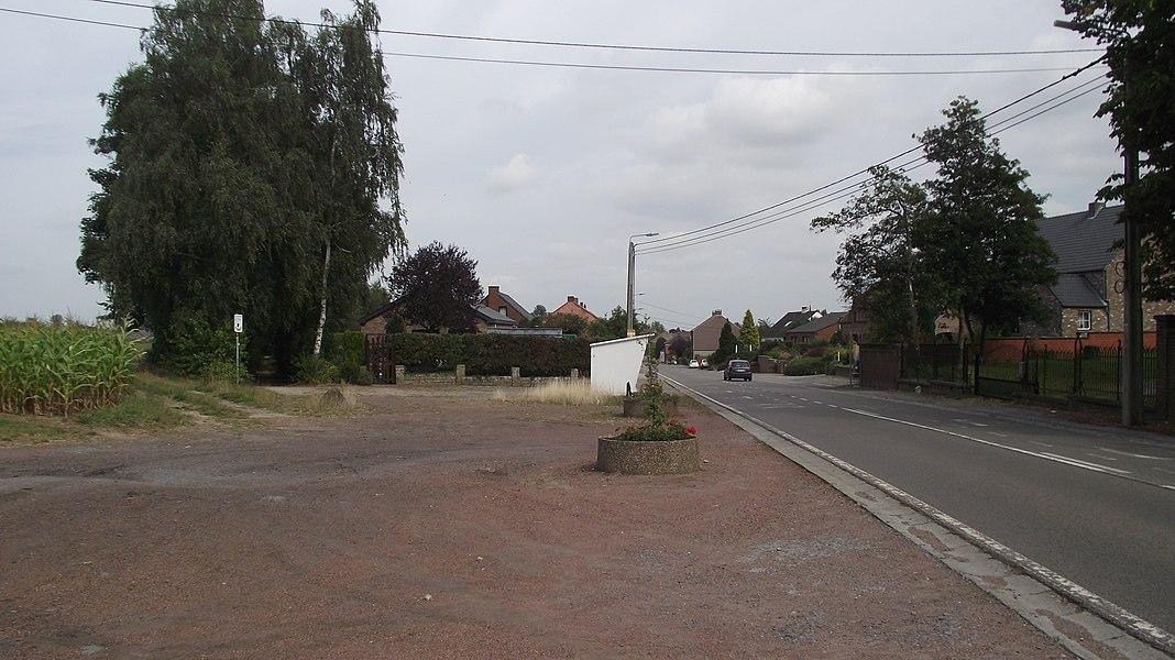 Vanaf hier slaat the tramlijn links af en heeft een eigen route tussen de twee boom rijen. Tec bushalte Villa Stassart