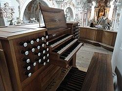 Metzler-Orgel Neustift Spieltisch von hinten.jpg