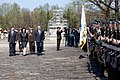 Ministru prezidents Valdis Dombrovskis piedalās svinīgajā vainagu nolikšanas ceremonijā Rīgas Brāļu kapos, atzīmējot Nacisma sagrāves dienu un pieminot Otrajā pasaules karā bojāgājušos (8720261754).jpg