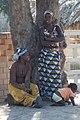 Mujeres con vestimenta tipica (Capulana) y bebe esperando en un arbol (Tofo) (2833283874).jpg