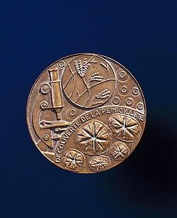 Nobel prize medal awarded to Alexander Fleming, 1945. (9660573705).jpg