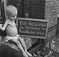 Ondervoede baby houdt een bord vast met opschrift Dit bezorgde de heilstaat het, Bestanddeelnr 900-4774.jpg