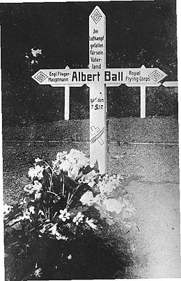 White cross bearing inscription In Luftkampf gefallen für sein Vaterland Engl. Flieger Hauptmann Albert Ball, Royal Flying Corps