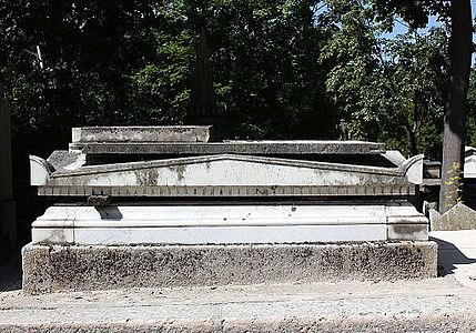 Père-Lachaise - Division 19 - tombe abimée 01.jpg
