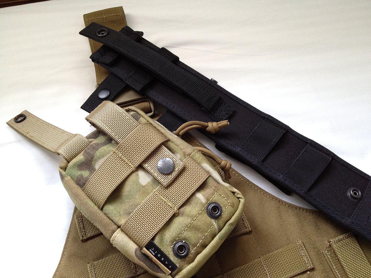 PALS対応のナイフシースとメディカルキットポーチの裏側。装着に使うストラップとウェビングが確認できる。