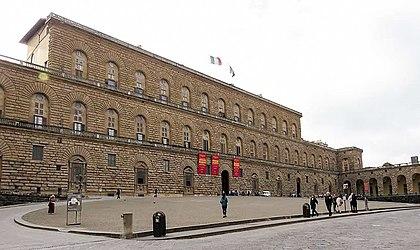 https://upload.wikimedia.org/wikipedia/commons/thumb/f/f6/Palazzo_Pitti%2C_Florence.jpg/420px-Palazzo_Pitti%2C_Florence.jpg