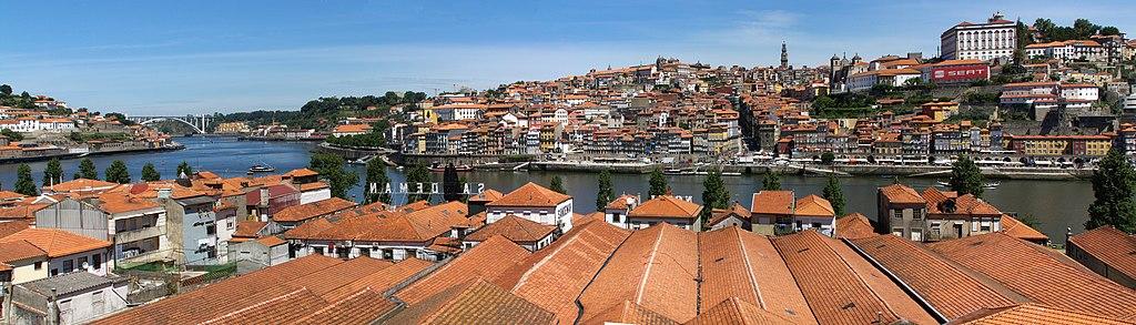 Vue panoramique sur les toits des entrepôts du quartier de Vila Nova de Gaia à Porto. Photo de Gervasio Varela