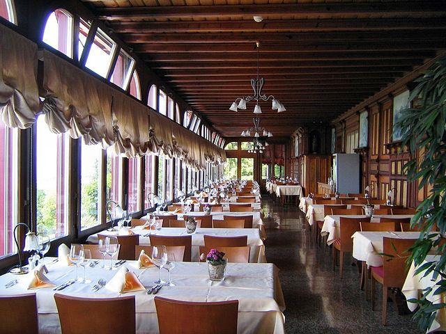 Datei:Paxmontana Restaurant Veranda.jpg