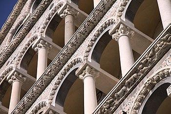 English: Detail of the façade (facade) of the ...
