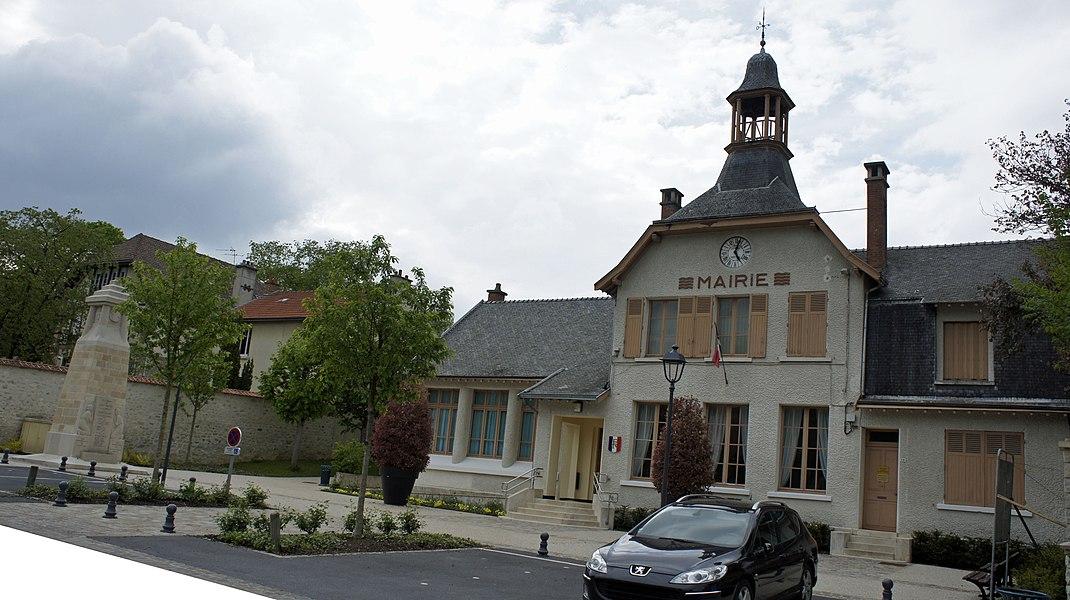 Place de la Mairie à St-Thierry avec son monument aux morts.