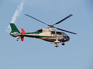 Ein Polizei Hubschrauber im Einsatz über Hannover