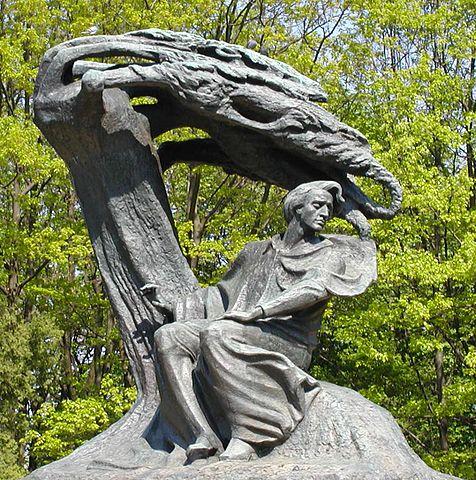 > Statue de Chopin dans la partie moderne de parc Lazienki à Varsovie.