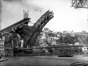 Dom Luís I Bridge - A 1883 view of Ponte Pênsil and Luís I, showing the construction of the archway