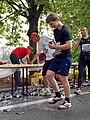 Pražský maraton, Nábřežní, občerstvovací stanice, běžec.jpg