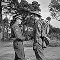 Prins Bernhard schudt een soldaat van het regiment Stoottroepen de hand, Bestanddeelnr 255-7994.jpg