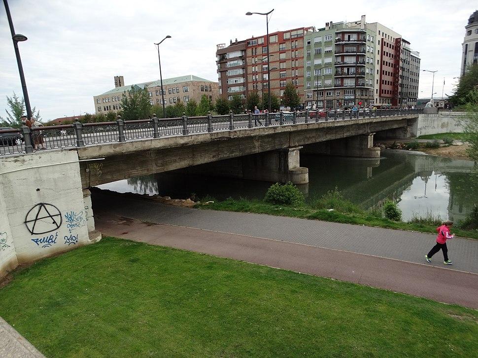 Puente de la Estación o de Los Leones