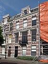 foto van Herenhuis in neo-renaissance trant, met natuurstenen banden, vensterstrekken met blokken en in de verdieping boven de vensters hoofdgestellen op consoles. Balkon op ijzeren hekje op consoles. Kroonlijst met consoles en daarboven stenen dakkapel met voluten