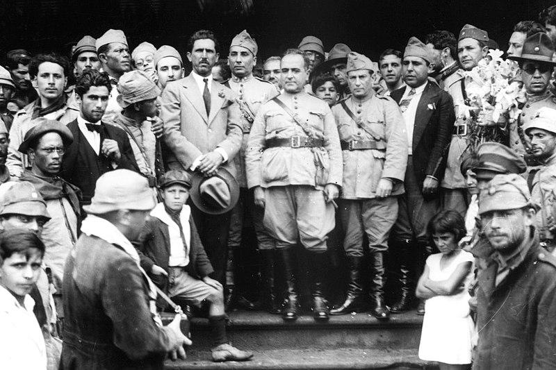 Comitiva de Getúlio Vargas (ao centro) fotografada por Claro Jansson durante sua passagem por Itararé (São Paulo) a caminho do Rio de Janeiro após a Revolução de 1930