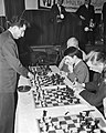 Russische schakers op simultaantoernooi te Hilversum, Bestanddeelnr 910-8984.jpg
