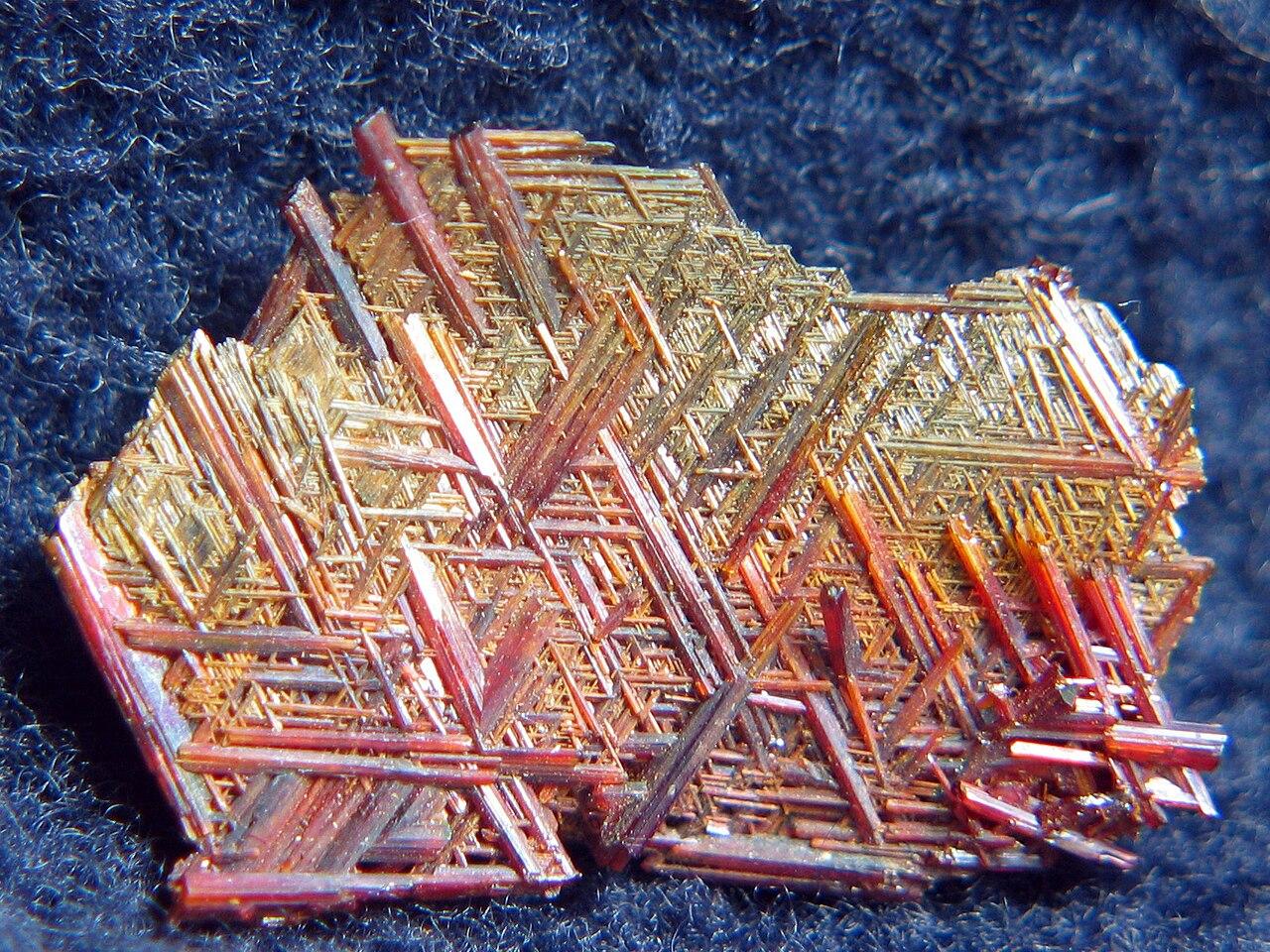 Minéraux et pierres précieuses - Page 5 1280px-Rutyl_-_Dolina_Shigar%2C_Skardu%2C_Pakistan.