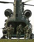 SEALs saliendo de un CH-47D Chinook.