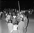 San Feliu (Costa Brava) Mensen dansen sardana op een plein, Bestanddeelnr 254-0864.jpg