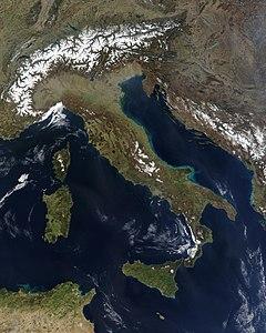 """Satelita bildo de la itala duoninsulo en sia karakteriza formo de """"boto"""""""