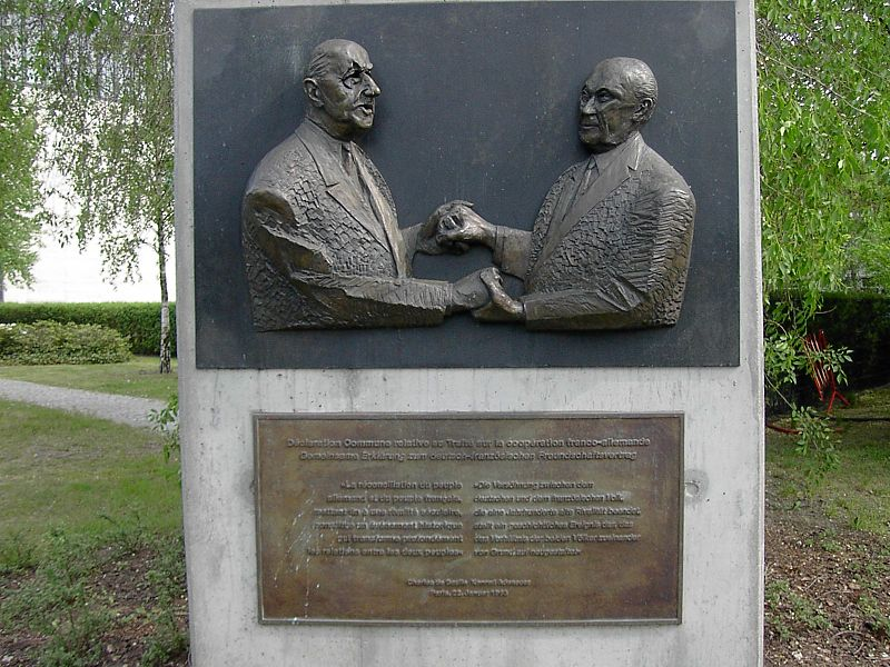 Sculpture of Konrad Adenauer and Charles de Gaulle outside the Konrad Adenauer Stiftung.jpg