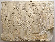 Rilievo calcareo raffigurante Seti I e il principe Ramses (futuro Ramses II) venerati da sacerdoti. Oriental Institute Museum, Università di Chicago.