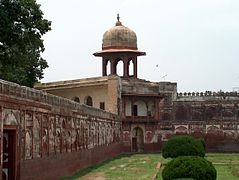 Shalamar Garden July 14 2005-Minaret on west corner of second level.jpg